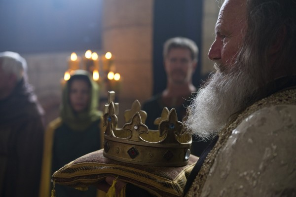 The british coronation of william i at westmnstr abbey a cleric brings forth the crown 600x399